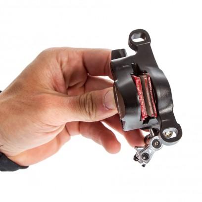 Die Kolben stellen die Beläge nur dann automatisch nach, wenn sie sich vollständig öffnen können.