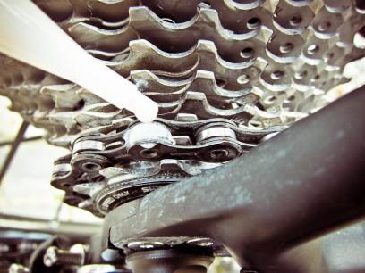 DryFluid sparsam auf Rollen und Laschen auftragen...