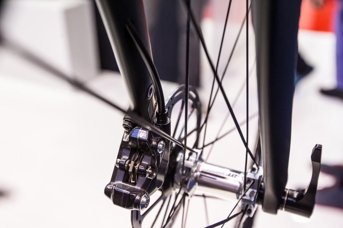 Ein schlaues Schutzblech schützt den rechten Gabelholm beim Ein- und Ausbau vor Kontakt mit  der Disc.