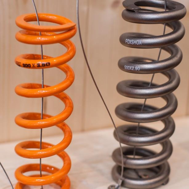 Die SLS Stahlfeder (Super Light Steel) sind leichter als Titan, und das zu erschwinglicheren Preisen (links SLS, welche mit dünneren Windungen auskommen, rechts als Vergleich ein Titan-Modell). Möglich wird dies durch eine eigens entwickelte Oberflächenbehandlung und ein spannungsreduzierendes Herstellungsverfahren. Erhältlich sind die Federn in 25-Pfund Abstufungen.