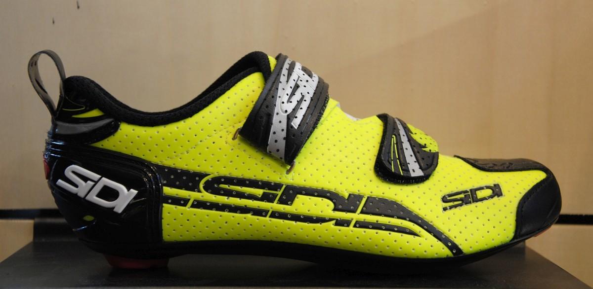 Der T-4 ist ein klassischer Triathlonschuh. Das Obermaterial ist zwecks besserer Atmungsfähigkeit aus perforiertem Politex gefertigt. In Weiß oder Yellow Fluo für ? 189,-.