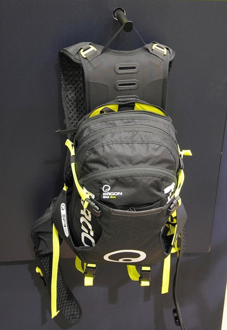 Mit dem BA3 Evo  Enduro bekommt auch der meistverkaufte Ergon Rucksack eine Ltd Edition. Seine selbstjustierenden Schultergurte passen sich an die Anatomie an, selbige ziehen auch den unteren Teil des Rucksacks an den Körper heran. Optional kann auch ein Rückenprotektor nachgerüstet werden. Protektoren und Helm lassen sich ebenso montieren. Das Volumen des in zwei Längen erhältlichen Rucksacks lässt sich von 15 auf 17 Liter vergrößern. Neben Laser Lemon auch neu in Rot. € 139,-