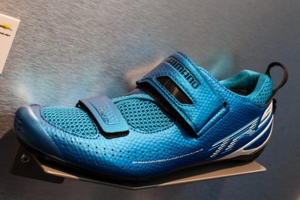 Shinmano überarbeitet seine beinahe gesamte Schuhpalette und geht auch einen großen Schritt in Umbenennung der Modellnamen. Mit dem TR9 steht ein auffälliges Triathlon-Modell am Start.