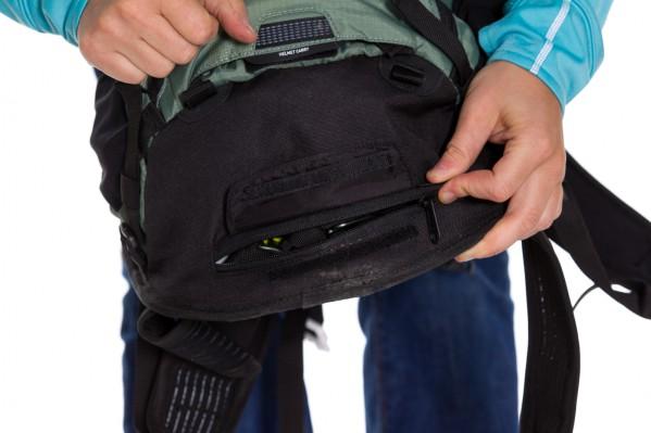 Regenschutz, gut verwahrt hinter Zipp- und Klettverschluss