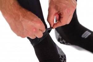 Die Abschlüsse aus Silikon halten die Hosenbeine an ihrem Platz.