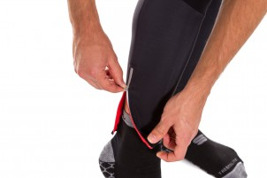Der Reißverschluss reflektiert ebenso wie der verlängerte Rücken.