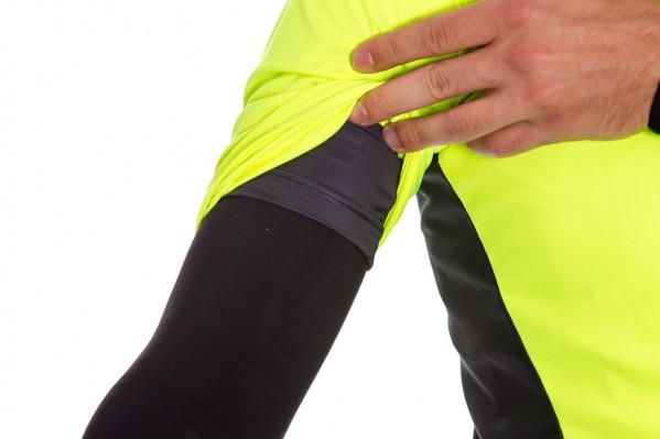 Die Ärmelabschüsse kommen ohne Silikon oder ähnliches aus, damit sich die darunterliegende Schicht nicht aufrollt.