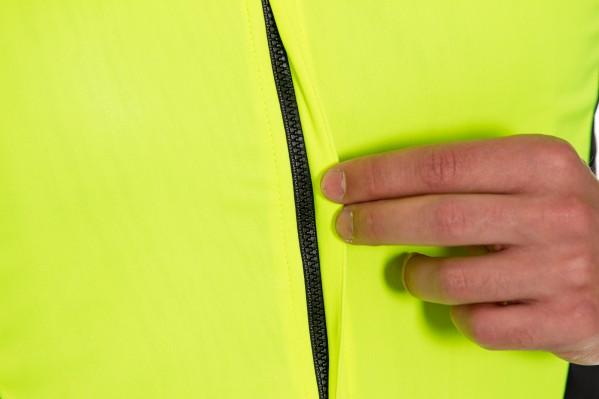 Der Reißverschluss ist für besseren Windschutz verdeckt.