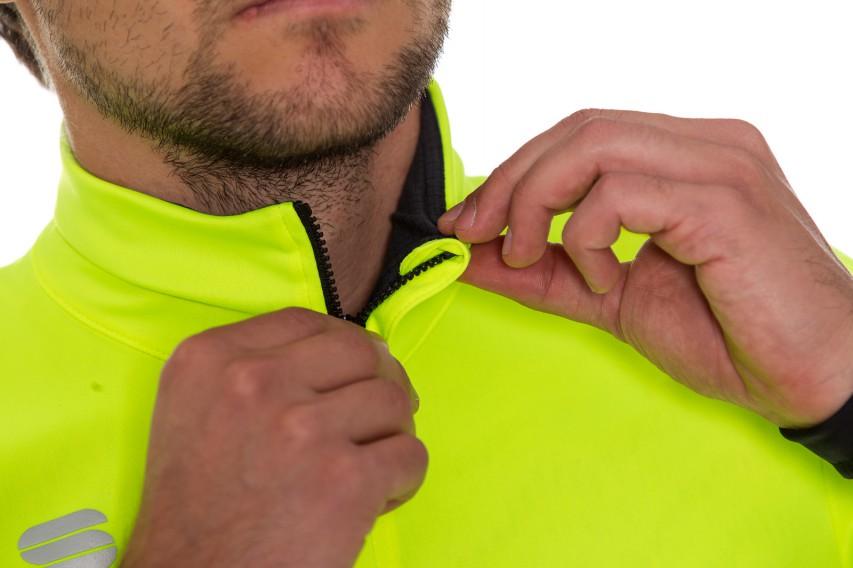 Am Hals wird der Verschluss von einer Zippergarage gesichert.