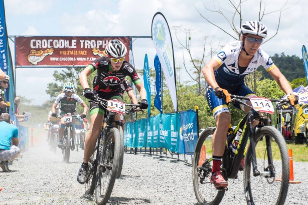 Sarah White und Regina Genser (dahinter) starten ins Rennen.