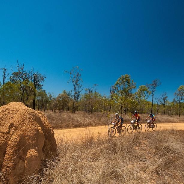 Kette rechts im Outback. Nissen, Huber und Johnston.