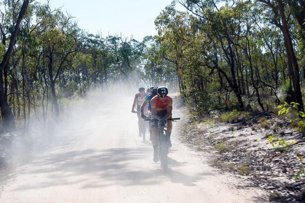 ... die Wege im Outback heiß und staubig.