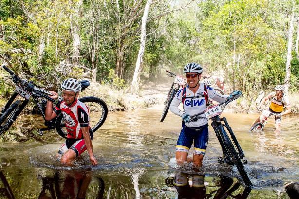 Auch Sarah White trug ihr Bike durch den Fluss.