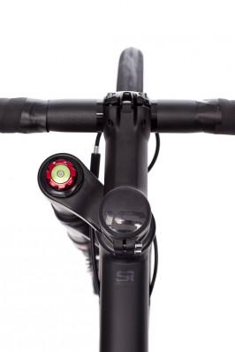 Der Rebound lässt sich mit dem roten Ring verstellen, der Knopf in der Mitte blockiert die Gabel.