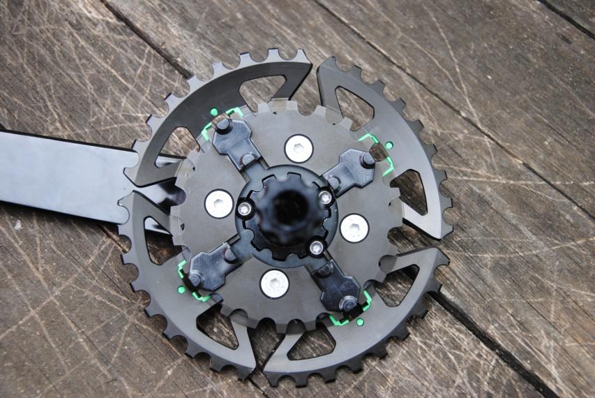 Segmenten während der Kurbelumdrehung mit dem Aktuator in Kontakt, drücken sie die Segmente aus der Kettenlinie, bzw. ziehen sie diese in selbige.