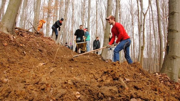 Wienerwald: Wir bauen ein Park Die Trail Area Wienerwald nimmt Gestalt an. Die Bauarbeiten für ihre ersten beiden Strecken in Weidlingbach haben begonnen. More to come - sofern die Community auch weiterhin so begeistert anpackt wie jetzt. Eine Reportage vom großen Buddeln.
