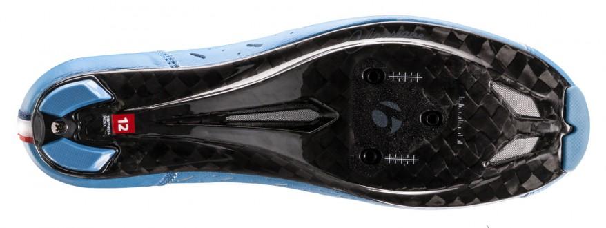 und 12K-Carbon-Glasfaser-Composite-Sohle mit Steifigkeitsindex 12. Die Schnürsenkel (in 4 Farben inkludiert) hält ein Druckknopf im Zaum.