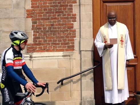 war da ein schwarzafrikanischer Priester, der Räder und Radler segnete!