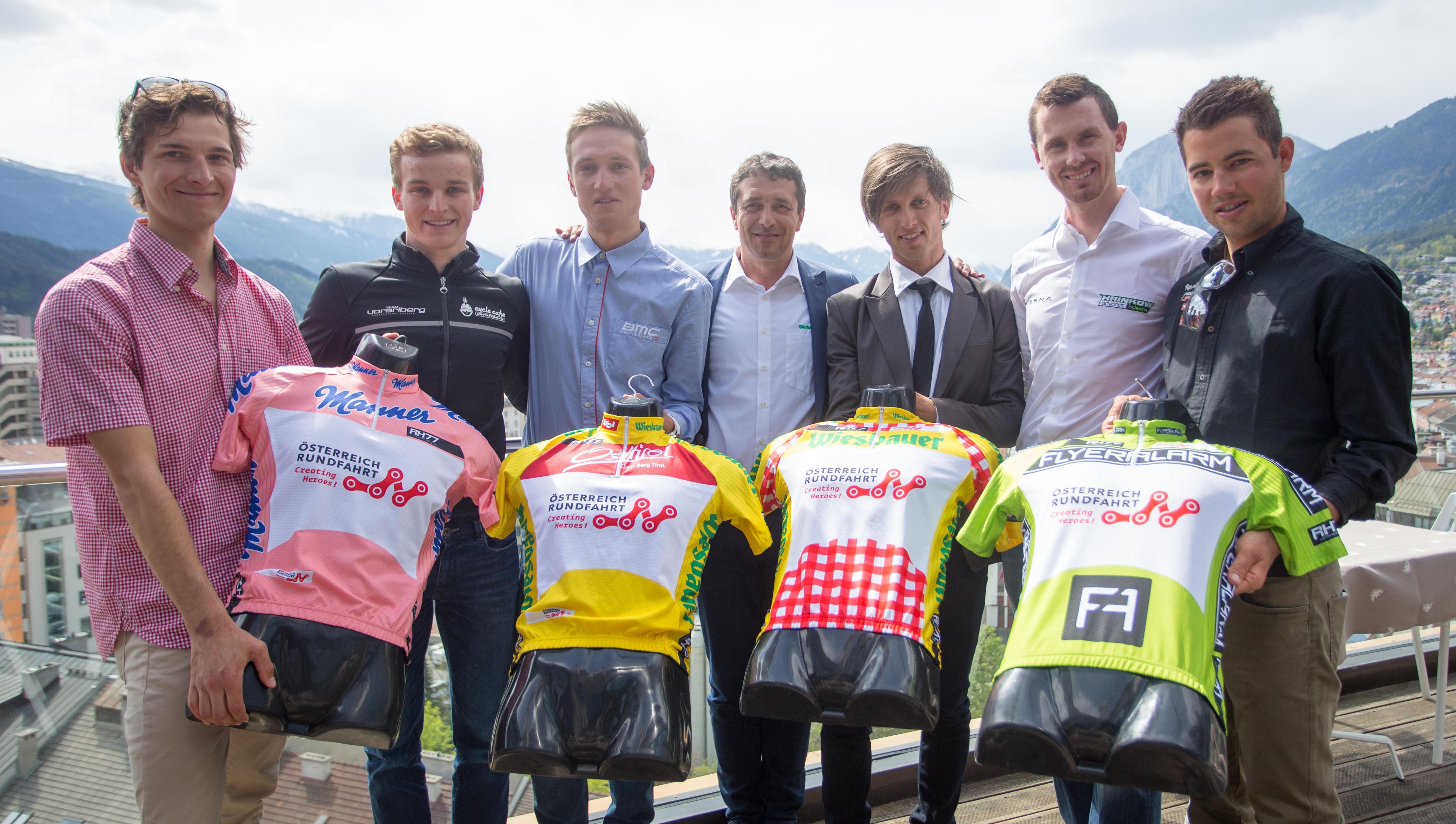 Heimische Radprofis mit Tour-Direktor Wolfgang Weiss und den Führungstrikots