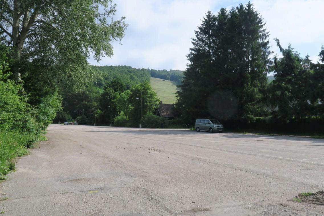 Auf dem riesigen Parkplatz wird künftig Fahrtechnik gelehrt. Neben die