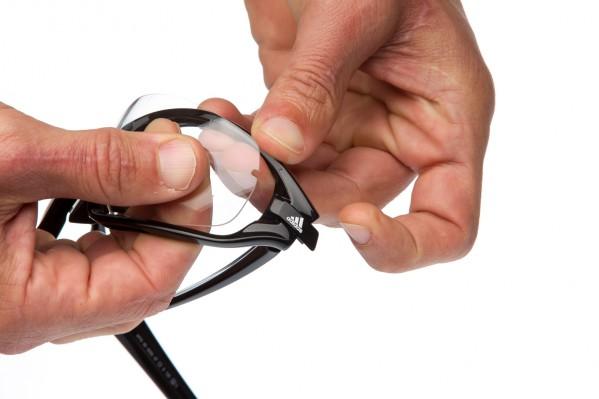 Das Lens-Lock-System ermöglicht das problemlose Auswechseln der Gläser ganz einfach durch Verschieben des adidas-Logos.