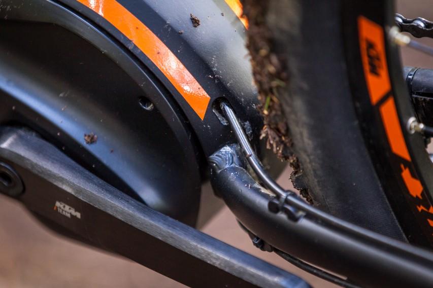 wie im Falle der hinteren Bremsleitung, ebenso sauber wieder aus ihm heraus.