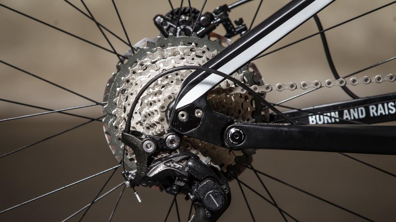 """Austauschbare Inserts ermöglichen variable Kettenstrebenlängen, und damit sowohl die Verwendung von bis zu 2,4"""" breiten 27,5"""" Reifen, oder bis zu 3"""" breiten Plus Reifen."""