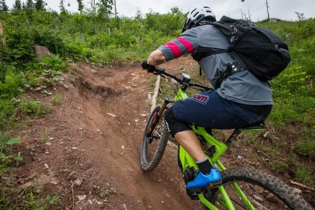 Steile Trails bergoch lieben den Bikes ebenso