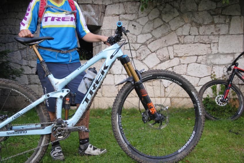 "So mag EWS-Siegering Tracy Moseley ihr 18,5"" großes Slash: Bontrager Line Laufräder mit Prototypen-Pneus aus selbem Haus."