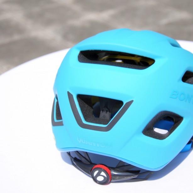 Die tief nach unten gezogene Helmschale schützt den Hinterkopf.