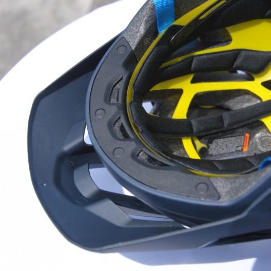 Im Stirnbereich wurde der Helm verstärkt.
