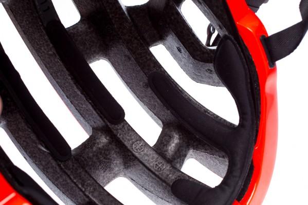 Dieses Design bietet eine größere, offene Fläche an der Vorderseite, und in Kombination mit dem speziell gestalteten Innenraum ermöglicht es, mehr Luft durch den Helm fließen zu lassen.