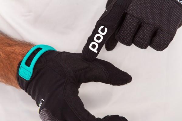 Der Handschuh ist Touchscreen kompatibel und besitzt einen Klettverschluss am Handgelenk.