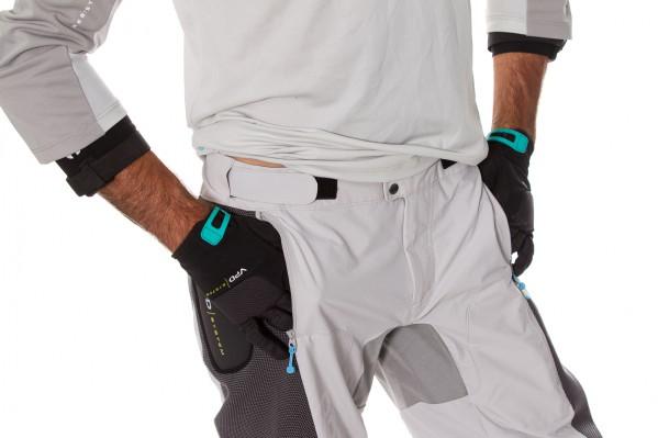 Das ergonomische Design und die weite Passform ermöglichen volle Flexibilität und Bewegungsfreiheit.