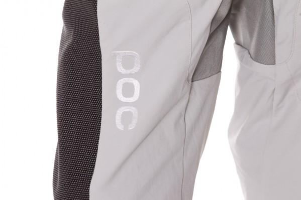 Die Seiten- und Knie-Bereiche bestehen aus strapazierfähigem und keramikbeschichtetem SuperFabric mit abriebfesten Eigenschaften für geringe Reibung.