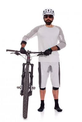 Die Shorts sind etwas länger geschnitten, um den oberen Rand der Knieschoner auch während des Fahrens abzudecken.