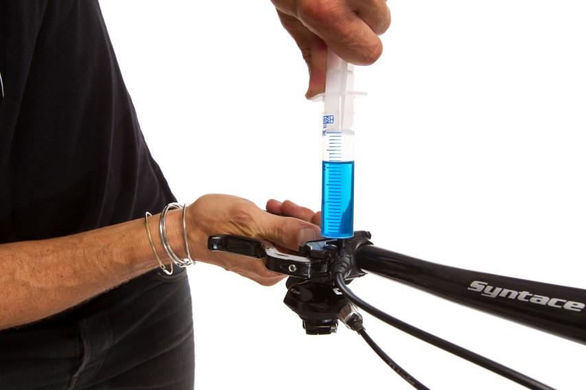Nun ziehen wir den Kolben bei gehaltener Spritze über die 30 ml Markierung auf.