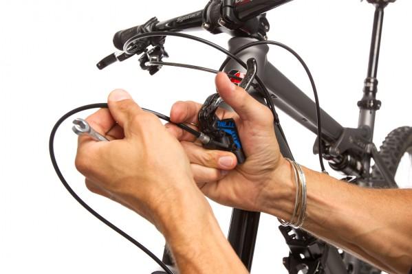 ... und drücken mit Zeige- und Ringfinger die Leitung permanent in den Griff...