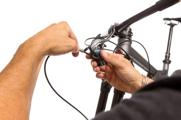 Aufgrund der Leitungslänge muss der Bremshebel zum Anschrauben der gekürzten Leitung abgenommen werden.