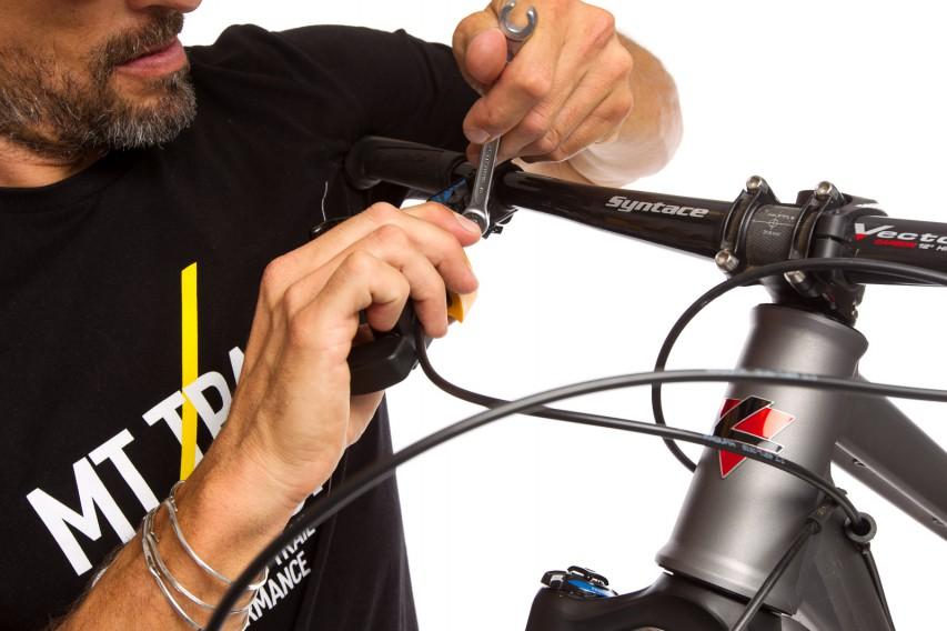 ... fixiern den Lenker mit Brust/Schulter, öffnen die Verschlussschraube ein wenig, drehen die Leitung in eine optisch perfekte Position und fixieren die Schraube.