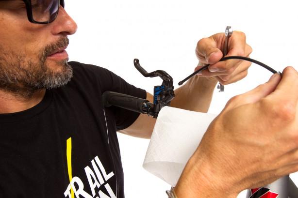 Wir schützen den Lenker mit einem Stück Küchenrolle und stabilisieren den Lenker mit der Brust/Schulter.