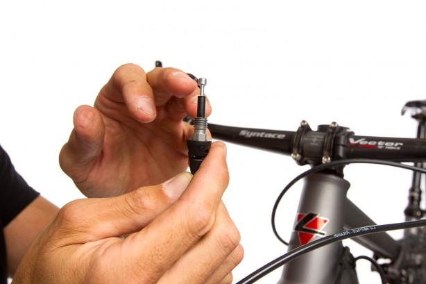 Markierung an der abgeschnittenen Leitung abnehmen, Leitungshülle aufstecken, Verschlussschraube einstecken und danach die Einsteckhülse einführen.