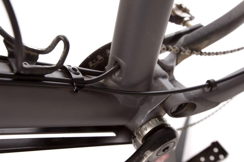 Die Leitung der hinteren Bremse wird entsprechend verlegt (dabei auf Federwegs-Kinematik und Lenkeinschlag achten)...