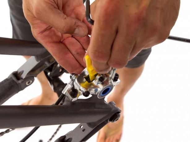 Nach der Justage die Schraube fest verschließen und auf Feuchtigkeit prüfen. Falls wir die Transportsicherung zwischenzeitlich entfernt haben, setzen wir diese nun wieder ein.