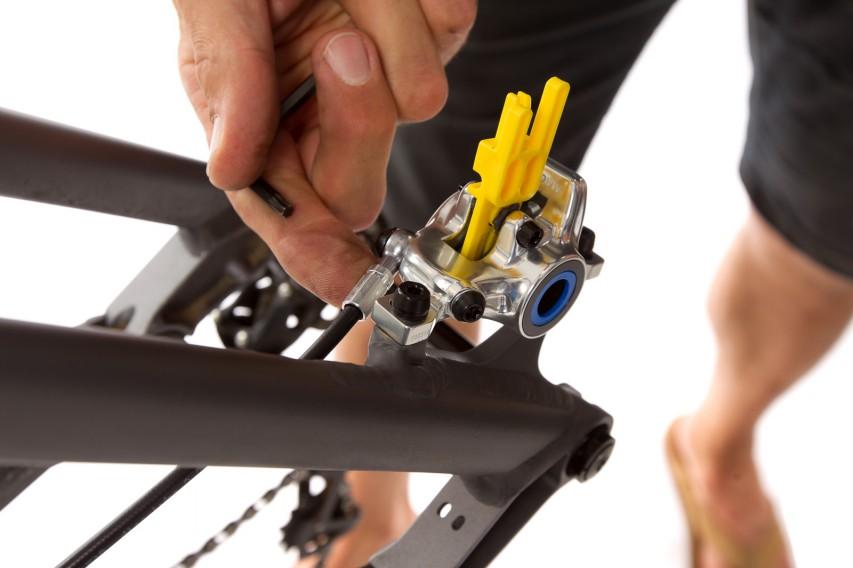 Nun wird die Leitung eingerichtet. Bei der Trail kann (wie bei allen MT Modellen) der hintere Leitungsanschlag verdreht werden.