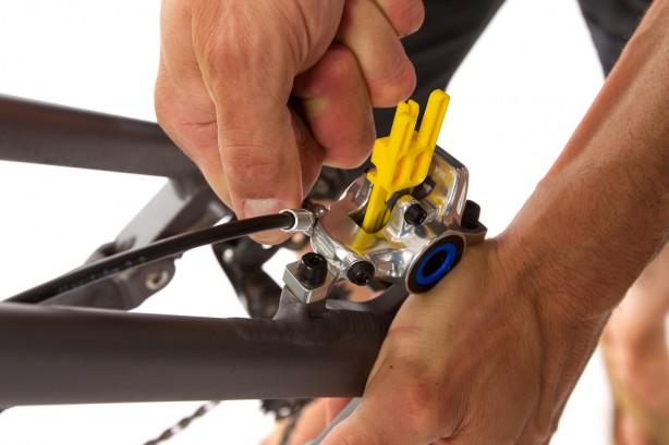 Dazu vorsichtig und nur minimal die Befestigungsschraube der Leitung öffnen und die Leitung zurecht rücken.