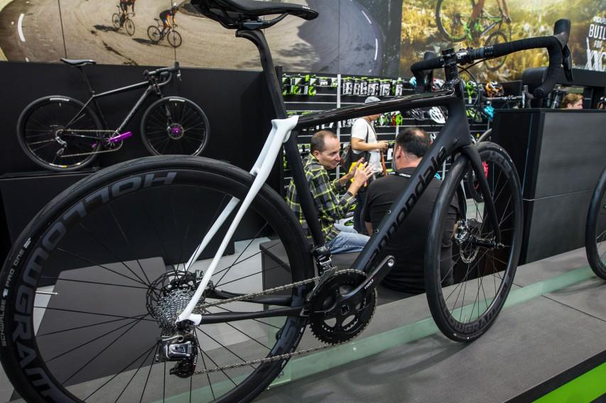 Neue Kleider auch für die Black Inc. Rennräder.