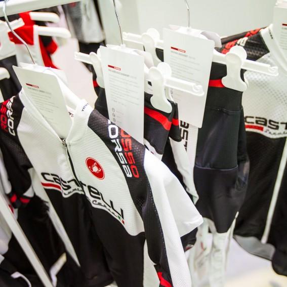 Custom: Ab sofort gibt es eine neue, leichtere Weste und eine Windjacke im Teamdesign. Außerdem können Beinlinge und Knielinge bedruckt werden.