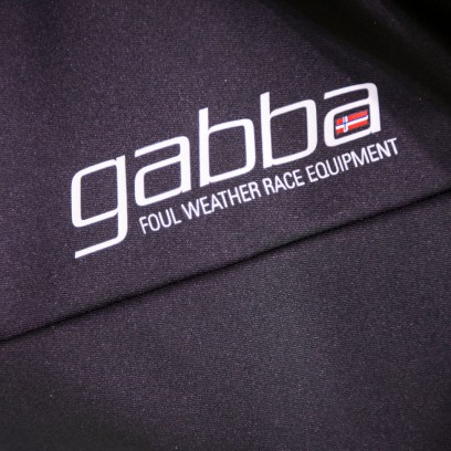 Einzige Ausnahme wird das klassische Kurzarm-Gabba bleiben, dass ab Sommer 2017 in der Dritten Generation erhältlich sein wird.