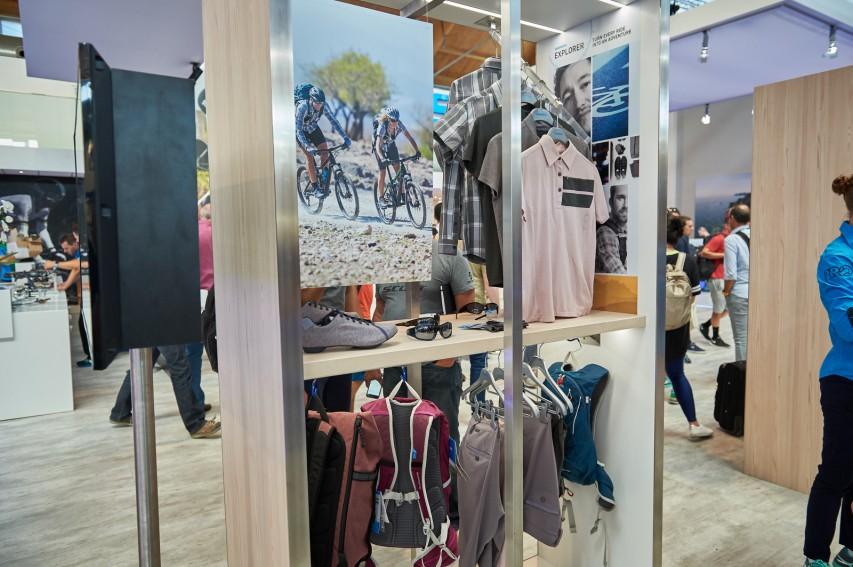 Radlerinnen. Im Angebot: Jerseys, Shirts, Polos, lange und kurze Hosen, (Hand-)Schuhe uvm.